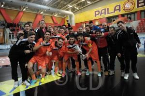 El ceutí Tuli -abajo, el segundo por la izquierda-, tras ganar la Supercopa con el Kaos