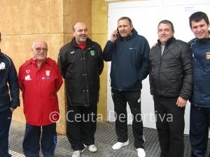 Técnicos y directivos del Ceutí en la puerta de vestuarios del Murube