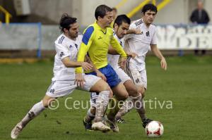 Villatoro y Ernesto, que pugnan por el balón con un jugador del Coria, no jugarán ante el Ayamonte