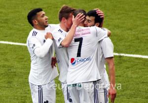 Jugadores del Atlético de Ceuta se abrazan tras el gol de Ismael, que supuso el 3-0
