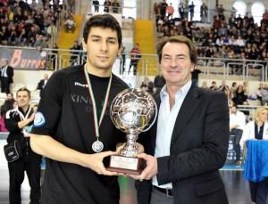 Tuli, recibiendo el trofeo que le acredita como mejor jugador de la Copa de Italia Sub-21