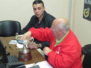 Un momento del sorteo de la Copa Federación celebrado en la sede la FFCE