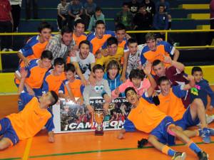 Los integrantes del Natación, con la copa que les acredita como campeones de la Liga cadete de fútbol sala