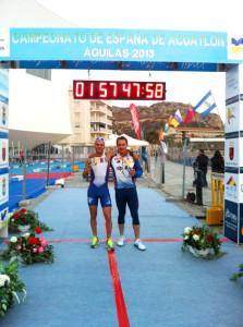 Ahmed y Ocaña posan con sus respectivas medallas de plata en la línea de meta una vez concluido el Campeonato de España de Águilas