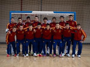 Juan Mora (de pie, el tercero por la izquierda), en la anterior convocatoria de la selección sub-18