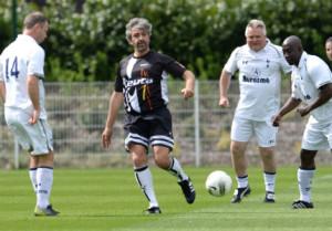 Nayim -en la foto con la equipación de Veteranos de Ceuta- jugó un tiempo con cada equipo