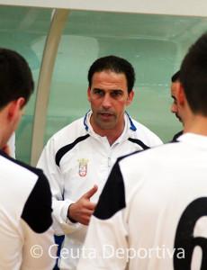 Chito, dando instrucciones a sus jugadores durante un partido de la pasada temporada