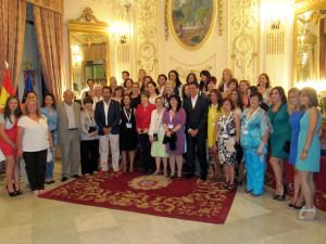 Foto de familia de las asistentes al IX Congreso Mujeres del Fútbol en el Salón del Trono
