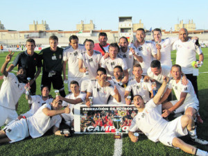 Los integrantes del Atlético de Ceuta B celebran el título conquistado