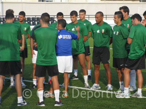 Jorge Ávalos se dirige a los jugadores de la AD Ceuta FC en el entrenamiento del miércoles