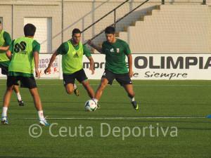 La plantilla de la AD Ceuta FC disputó un partidillo en el que Asián dejó entrever que hará pocos cambios