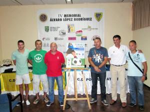 Los organizadores y el presidente de la FFC, junto al cartel anunciador del torneo