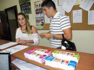 Dos jóvenes compran sus entradas esta tarde en la sede de la Federación de Fútbol de Ceuta