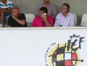 Pepe Gil y José Antonio Muñoz 'Angelín', en los extremos, viendo desde el palco del Murube el AD Ceuta FC - Mairena