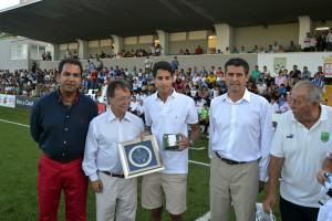El hijo del doctor Abdelkrim ha recibido una placa de recuerdo entregada por el presidente de la Ciudad