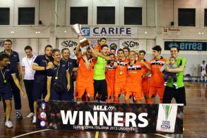 Tuli, en el centro, abrazando a uno de los porteros del Kaos Futsal tras ganar la Supercopa