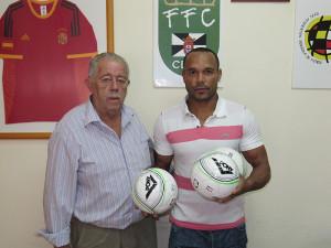 Sandro junto al vicepresidente primero de la FFC, José María Oliveira, posa con el material deportivo