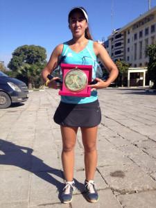 La tenista ceutí Olga Parres muestra el nuevo trofeo conquistado en Fez