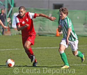 Perita, uno de los destacados del Ceuta, conduce el balón ante el bético Juanma