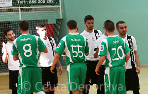 El unionista Sufian -segundo por la derecha-, saludando a los jugadores del Melilla antes del partido del pasado sábado